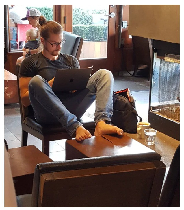 Die Füße auf den Tisch zu machen und das auch noch barfuß, gehört sich in der Öffentlichkeit wirklich nicht