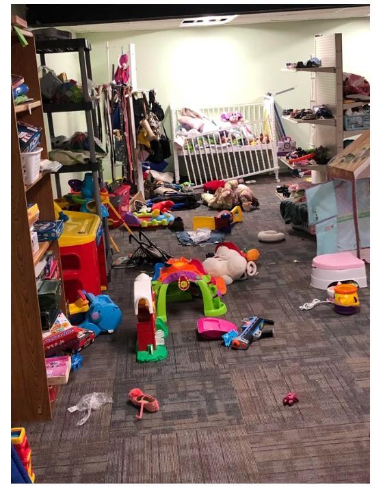 Kinder haben einen Secondhandladen beim Spielen enorm verwüstet