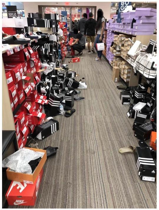 Man sieht einen verwüsteten Schuhladen