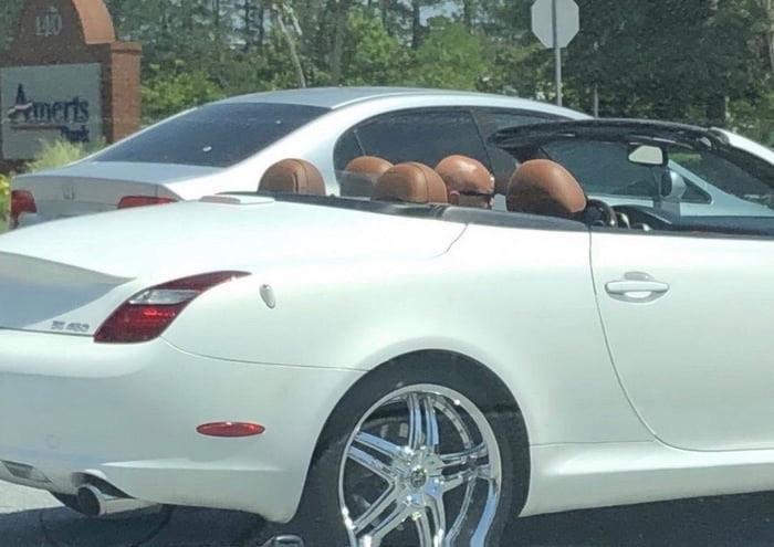 Es ist ein Mann im Auto zu sehen, oder doch eher fünf kahle Männer?