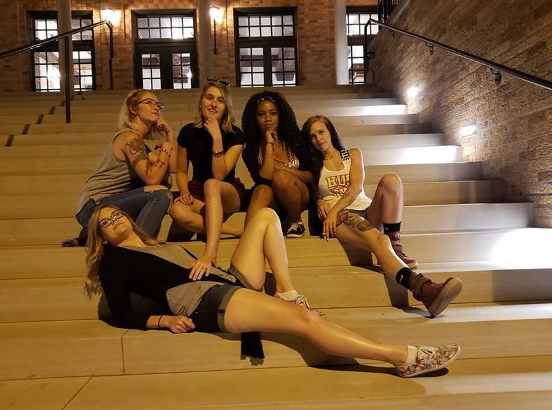 Es ist eine Gruppe von Frauen und Beinen zu sehen