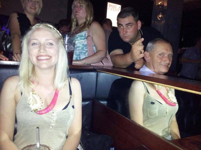 Menschen in einer Bar, aber es sieht so aus, als ob der Opa wie eine Frau gekleidet ist