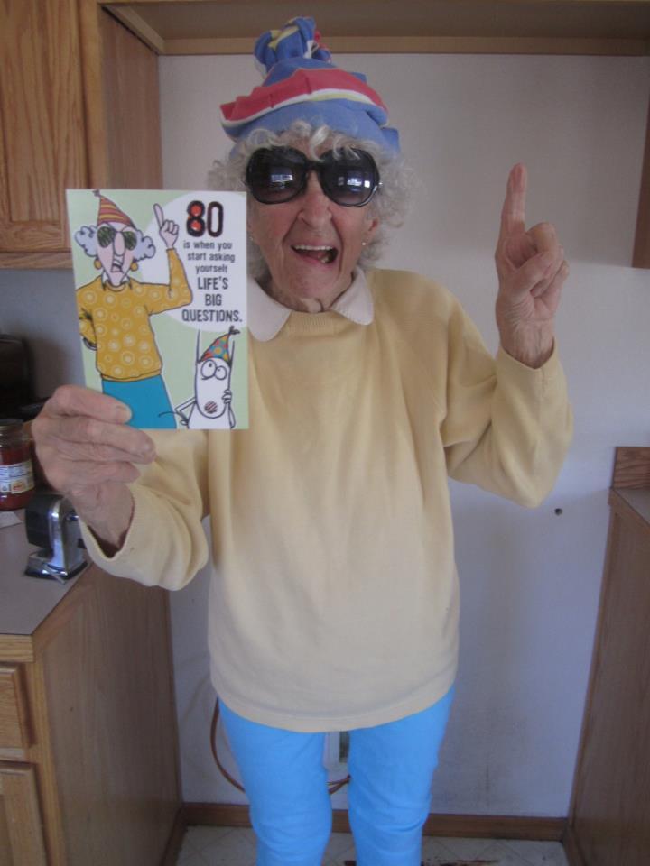 Omi mit Mütze und Sonnenbrille