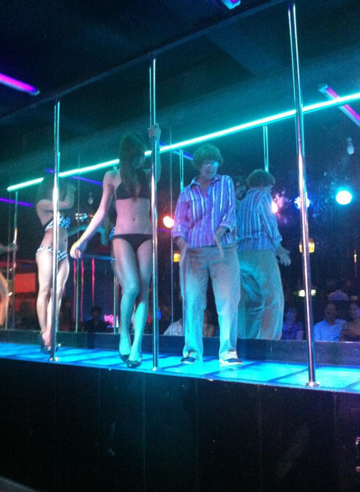 Omi tanzt in einem Nachtclub