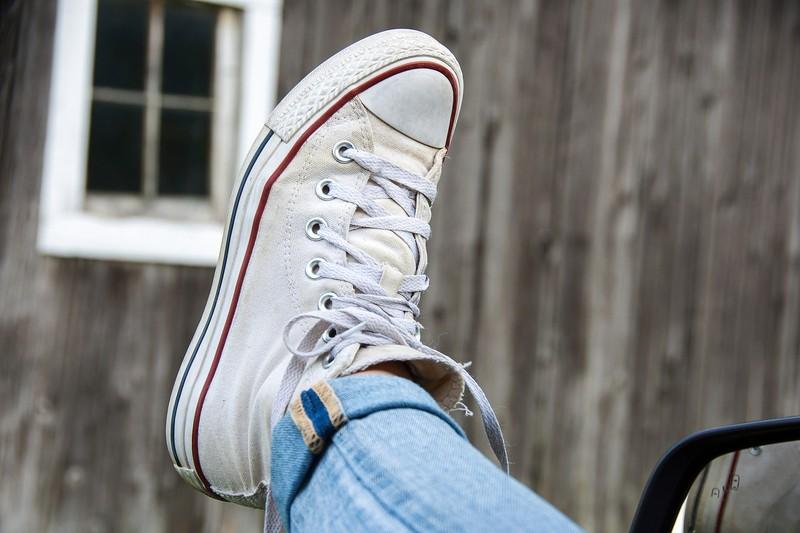 Weiße Sneaker bekommt man wieder sauber, indem man sie mit Zahnpasta reinigt.