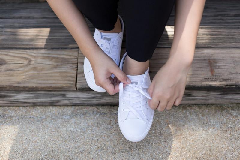 Weiße Sneaker sollte man nie in der Waschmaschine waschen, da sie dadurch gelbe Ränder bekommen und der Kleber gelöst wird.