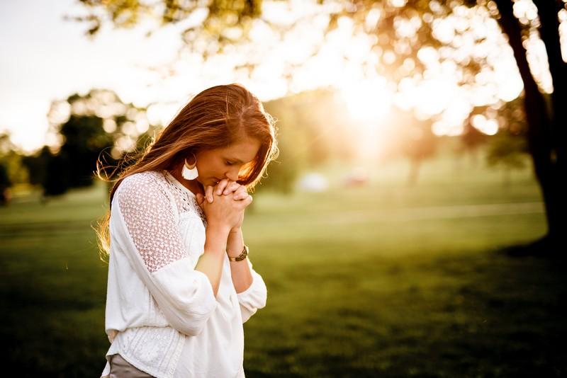 Eine gläubige Frau betet für eine Trennung und einen neuen Partner