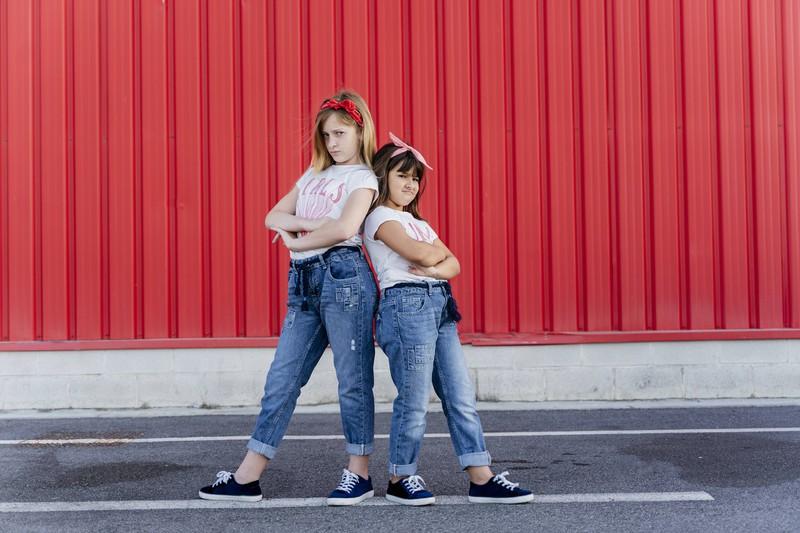 Zwei ernst schauende Mädchen mit hohen Erwartungen