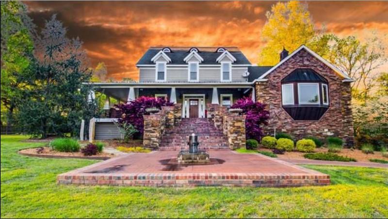 Haus, das vor brennendem Hintergrund zu stehen scheint, was potentielle Käufer abschrecken könnte