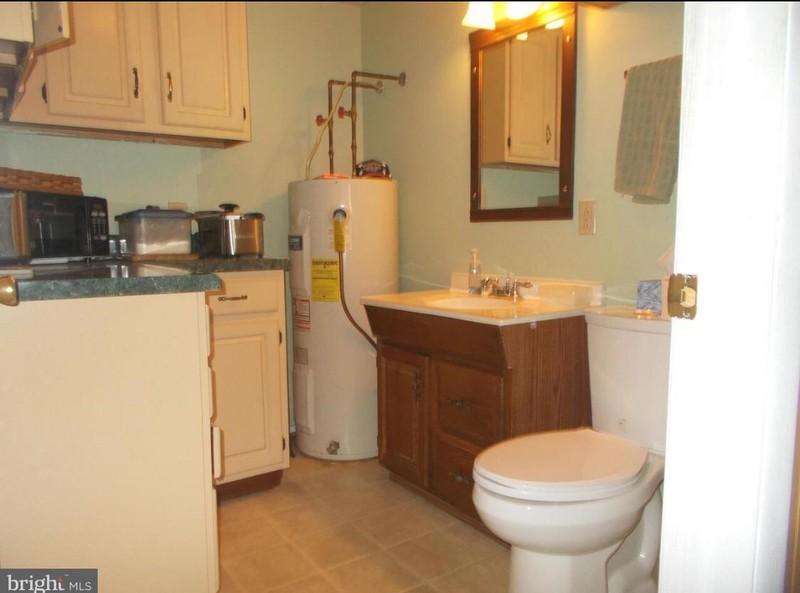 Kurioses Maklerfoto, auf dem die Toilette in der Küche steht
