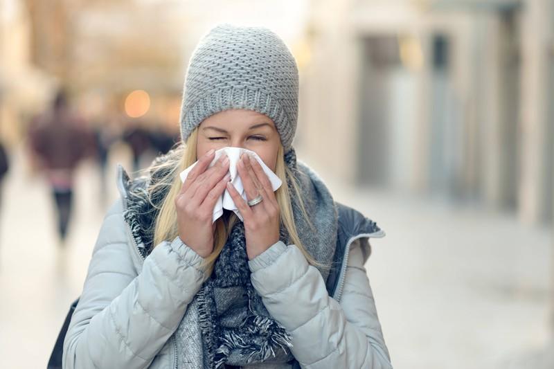 Die Frau geht spazieren, weil nur im Bett liegen kann die Erkältung verschlimmern.