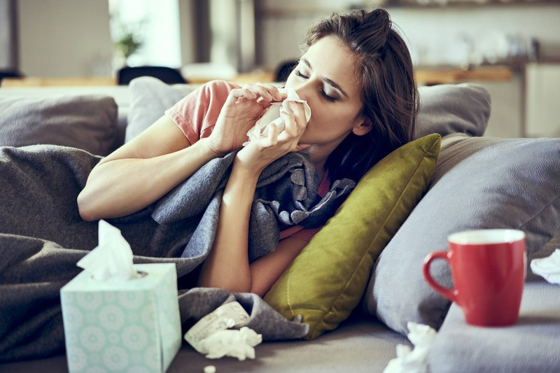Es gibt Dinge, mit denen man sich die Erkältung verschlimmert und auf dem Bild sieht man Erkältungsmaterialien.