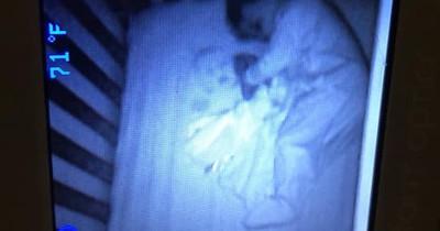 Mutter entdeckt zweites Baby im Bett ihres Sohnes