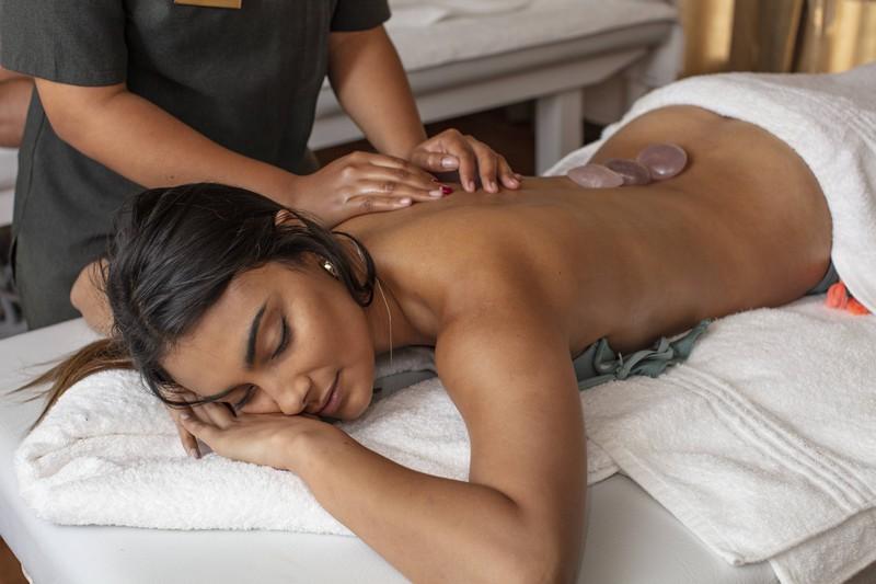 Sie lässt sich eine Hot Stone Massage geben, was einem hilft mal zu entspannen, um einer Erkältung vorzubeugen