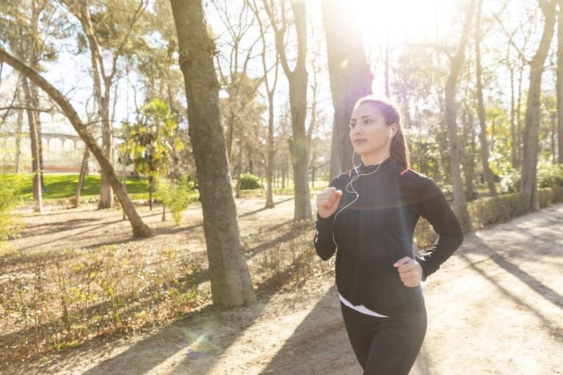 Zur Vorbeugung einer Erkältung sollte man an die frische Luft gehen und Sport treiben.