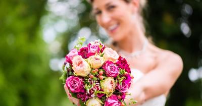 Frau isst auf Hochzeit ihren eigenen Brautstrauß