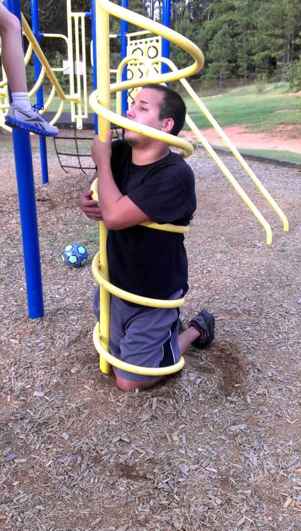 Erwachsener gefangen auf dem Spielplatz