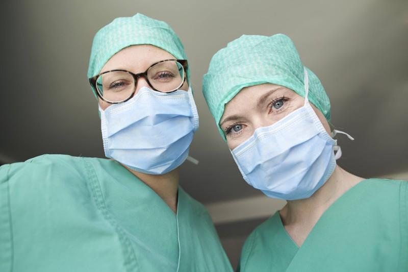 Zwei Ärztinnen im OP-Dress