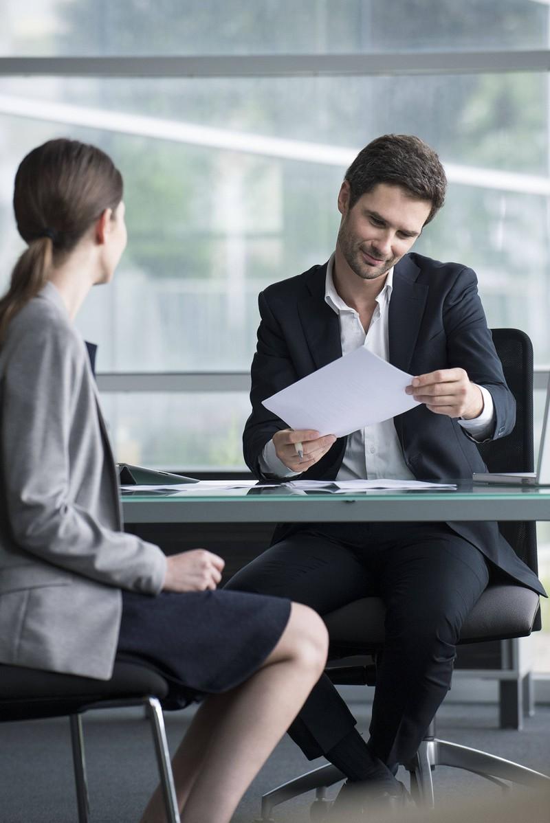 Man erkennt ein Bankgespräch in der die Frau ihre Geschichte erzählt und die Bank ihr schließlich bei ihrem Plan hilft