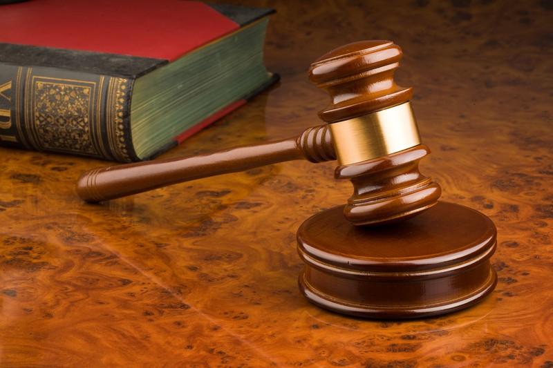Man erkennt ein Scheidungsgericht, dass Brandi Lee zur Zahlung von 7500 Dollar an ihren Ex-Mann verurteilt