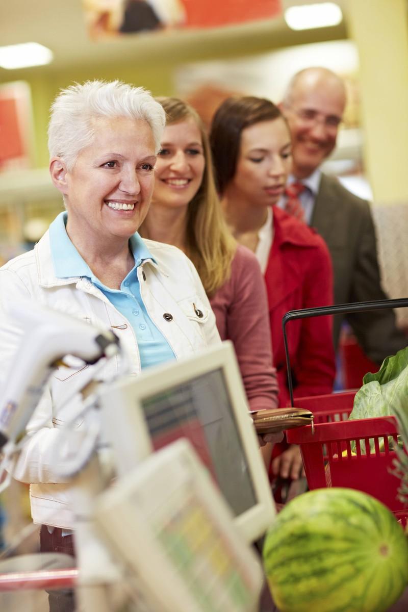Eine ältere Frau die gleich ihr Kleingeld zählen will, was keine Kassiererin mag