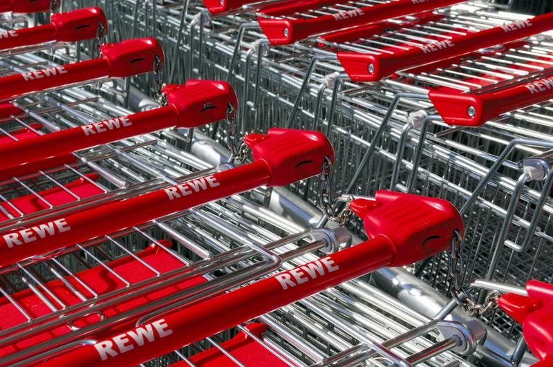Supermarktwägen von Rewe - die Kassiererinnen haben in jedem Supermarkt andere Rabatte
