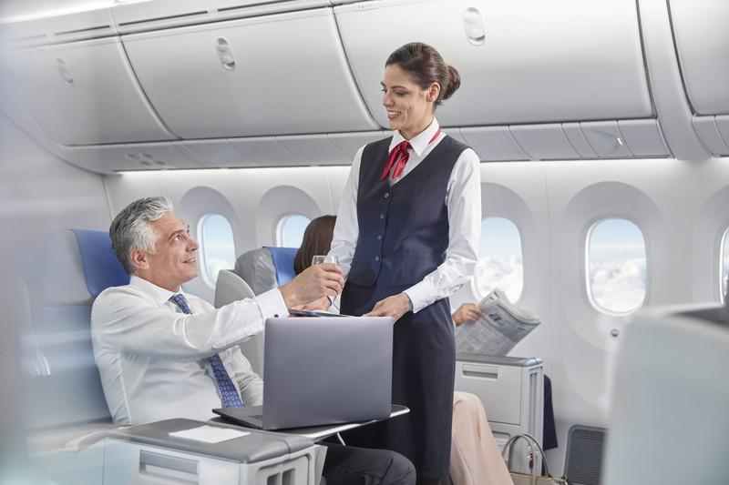 Flugbegleiterin gibt Fluggast eine Cola, die er besser nicht bestellt hätte, da sich die Flugbegleiterin darüber ärgern könnte