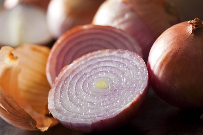 Eine aufgeschnittene Zwiebel enthält ätherische Öle gegen Schnupfen und ist ein gutes Hausmittel
