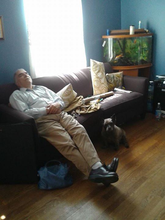Man sieht einen schlafenden Vater, der nicht zugeben will, dass er geschlafen hat
