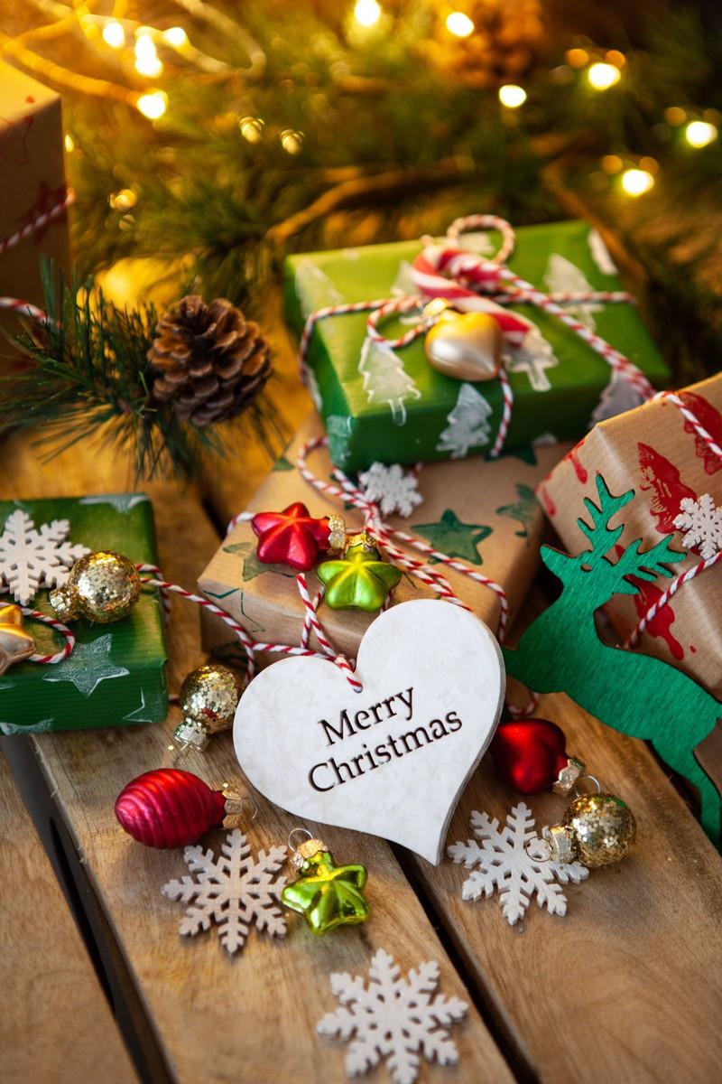 Man sieht Weihnachtsgeschenke , die nicht unbedingt teuer sein müssen