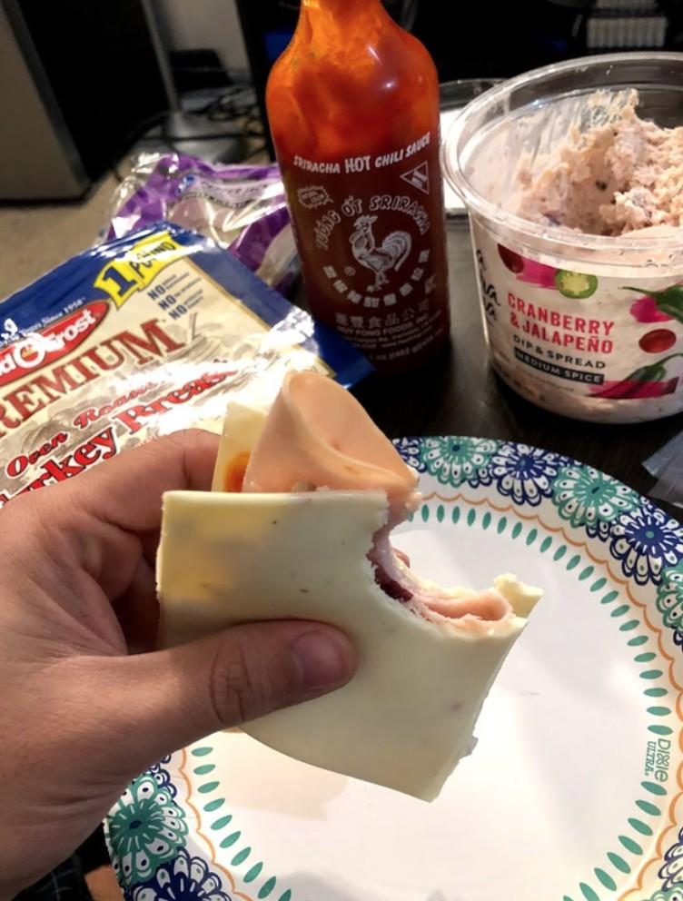 Komische Küchen-Kreation mit Käse, die einem den Appetit verdirbt