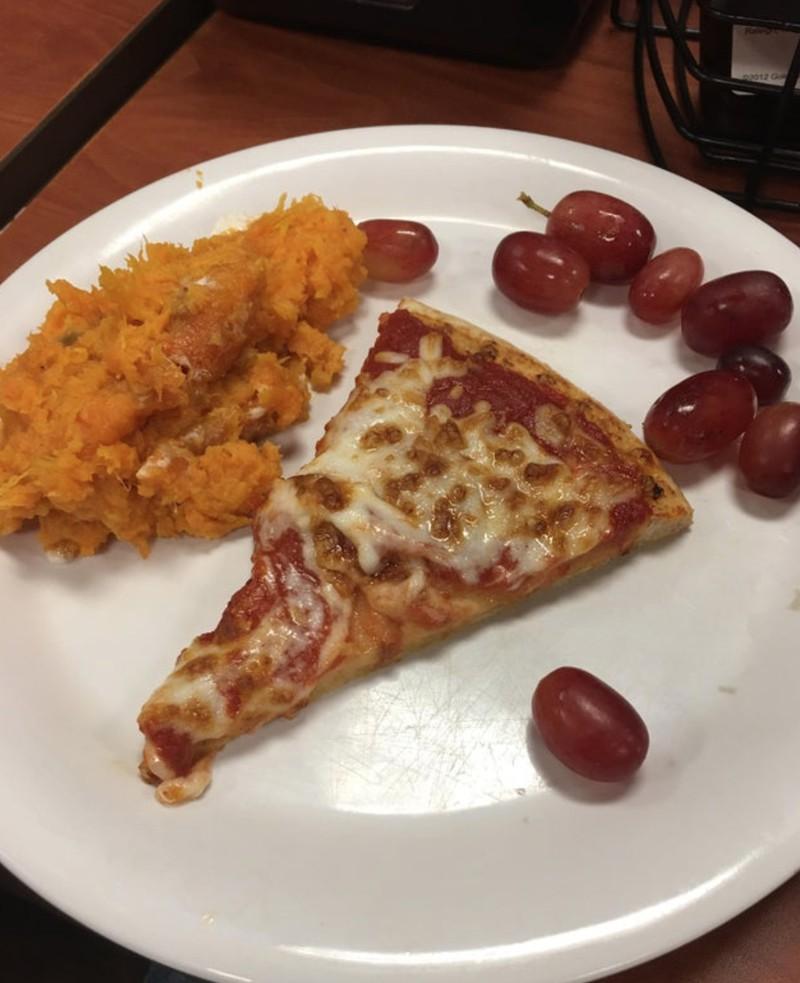 Pizza mit Trauben als komische Küchen-Kreation