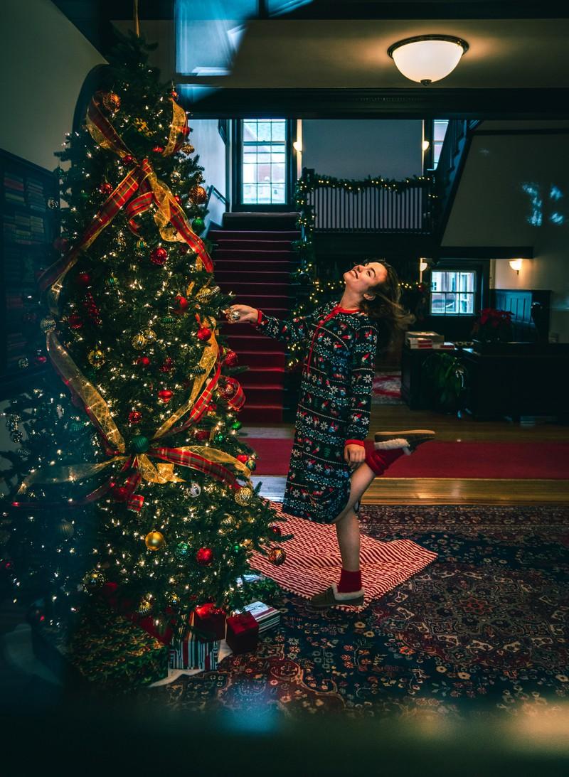 Viele Menschen haben zur Weihnachtszeit einen Weihnachtsbaum im Wohnzimmer stehen und vergessen, ihn zu wässern.