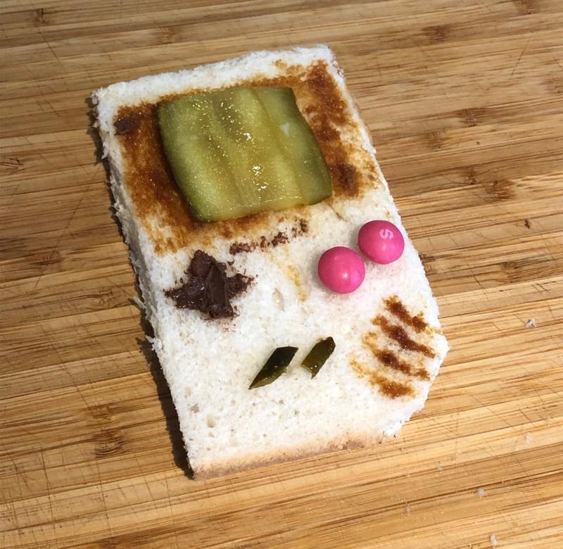 Ein Toastbroad das aussieht wie ein alter Gameboy.