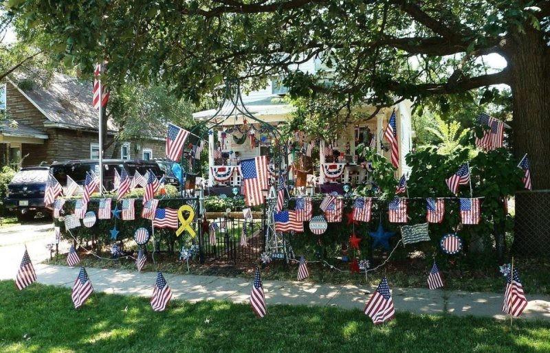 Man sieht ein Haus, das völlig dekoriert ist und wahrscheinlich ein Nachbar bewohnt, der patriotisch ist