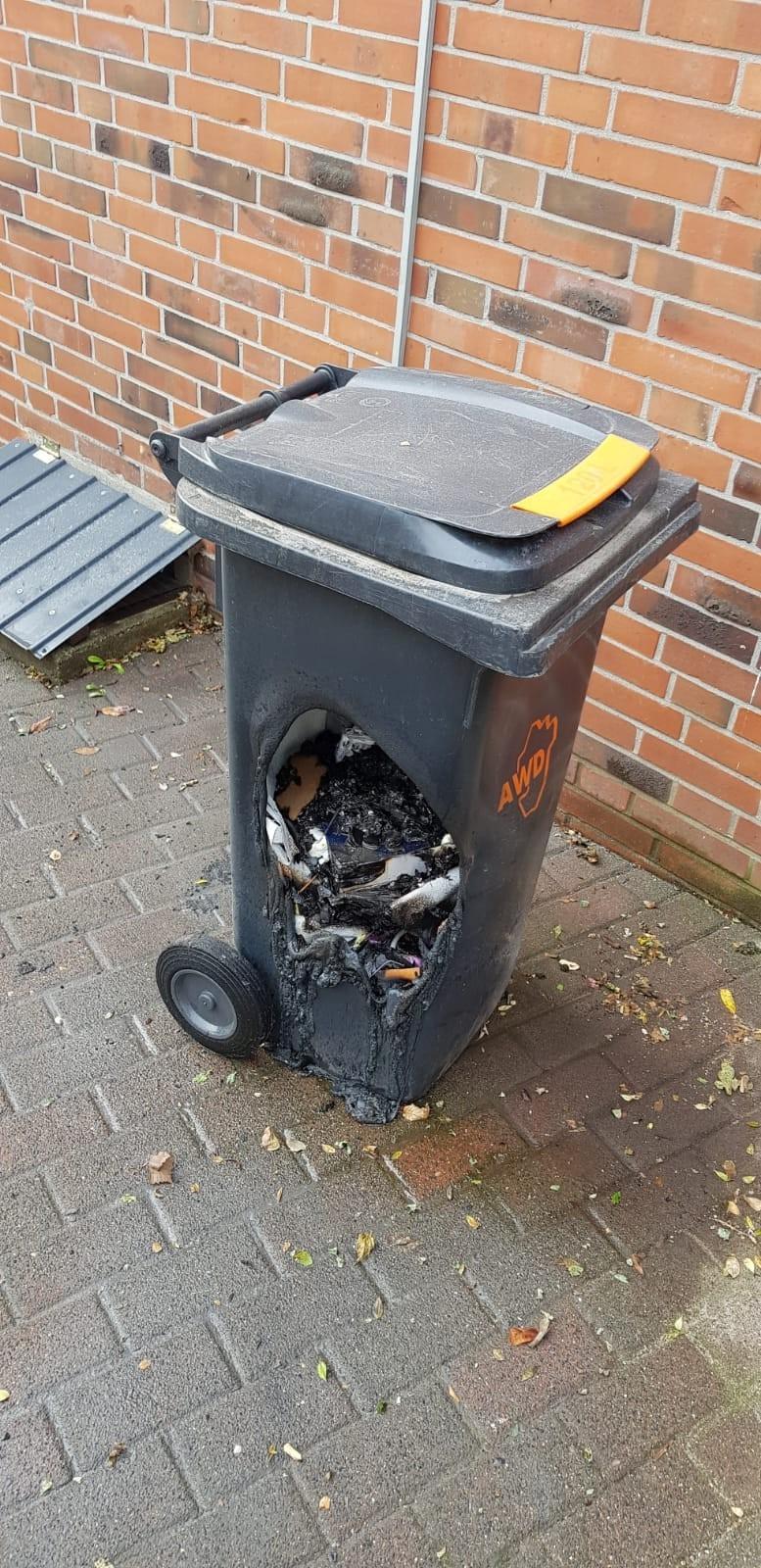 Man sieht eine Mülltonne die völlig zerstört ist, weil der Nachbar dort irgendwas reingekippt hat