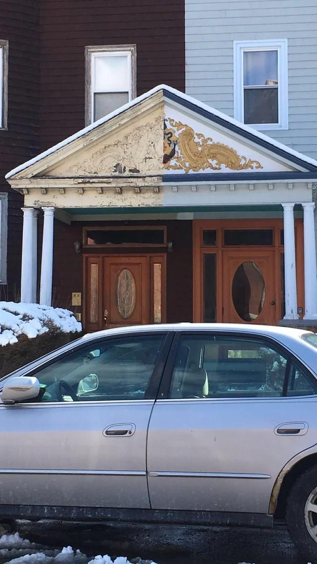 Man sieht einen Hauseingang, der nur zur Hälfte von einem Nachbarn renoviert worden ist