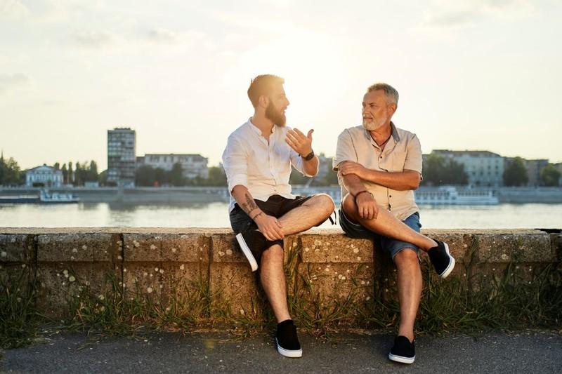 Ein erwachsener Sohn mit seinem Vater.