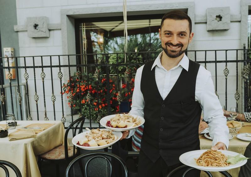 Ein Kellner mit italienischen Gerichten