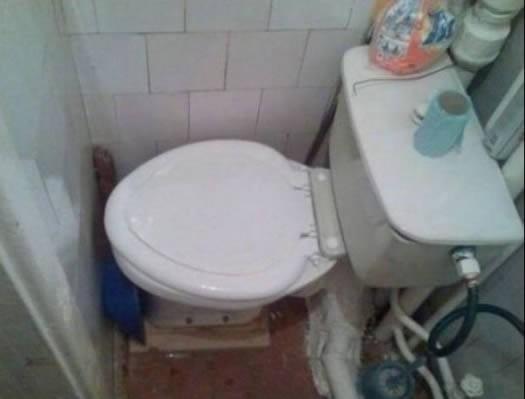 Auf diese Toilette könnte sich keiner hinsetzen Weil es keinen Patz für die Beine gibt
