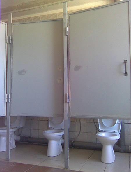 Die Toilettentüren sind viel zu hoch angebracht worden.