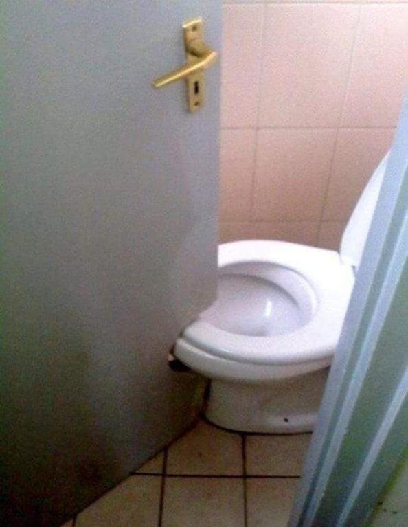 ein architekt hat sich eine besonders schlimmes Toilettendesign überlegt