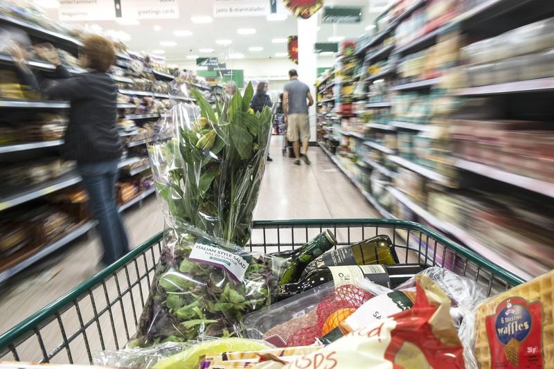 Lieber einen Korb benutzen statt einen Einkaufswagen, dabei würde man auch einen Supermarkt Fehler vermeiden