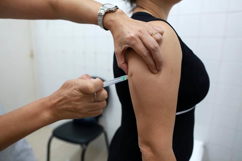 Das Bild zeigt eine Impfung an einem Oberarm.