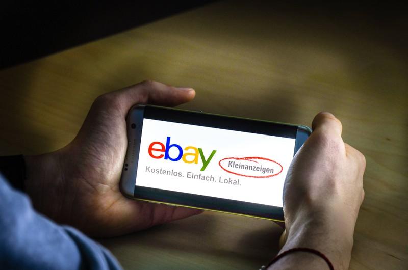 Man sieht eine Gestalt, die auf eBay-Kleinanzeigen kuriose Objekte oder schräge Chat-Konversationen sehen wird