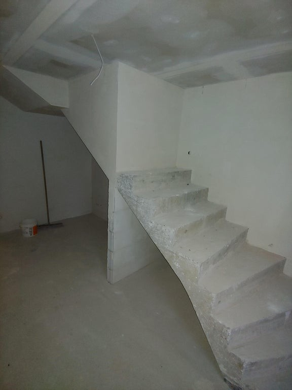Die Treppe auf dem Foto ergibt keinen Sinn.