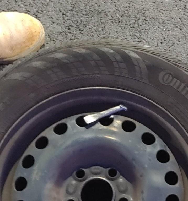 In dem Reifen scheint ein Werkzeug zu stecken, das unachtsam von einem Azubi übersehen wurde.