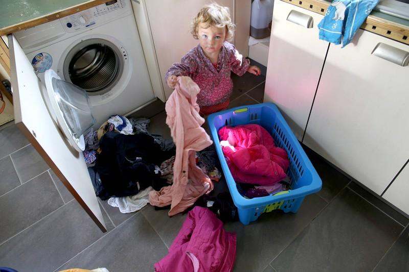 Familien-Tweet über Kind das die Waschmaschine einräumt