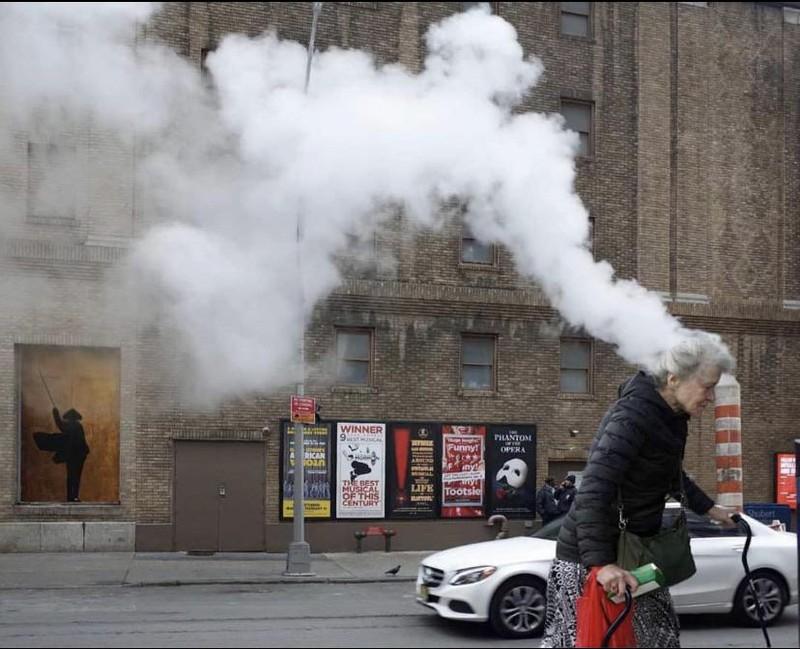 Es scheint so, als würde der Kopf dieser Frau rauchen, was allerdings nur an der Perspektive liegt.