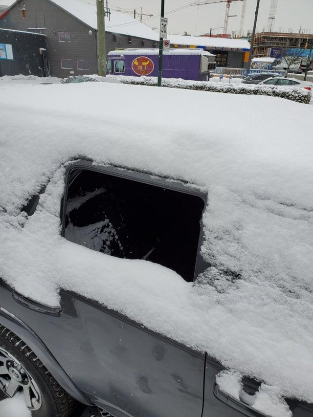 Bei dem Fail hat jemand bei Schnee vergessen, das Fenster hochzuziehen.